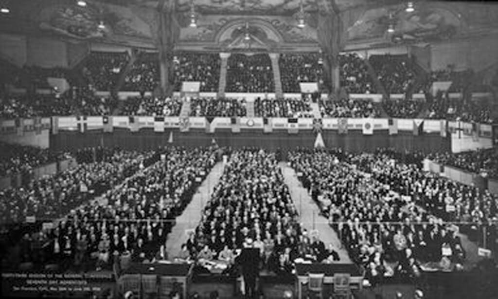 Edifícios da Igreja já não poderiam ter GC Sessions pelo início dos anos 1900. Acima, os delegados se encontram no Auditório Exposição em San Francisco, Califórnia, em 1936. (Foto: Cortesia GC Archives)
