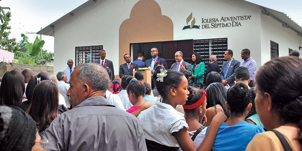 Esta igreja em Santo Domingo, República Dominicana, é uma das centenas de novos templos inaugurados ao longo dos últimos cinco anos. Crédito: União Dominicana