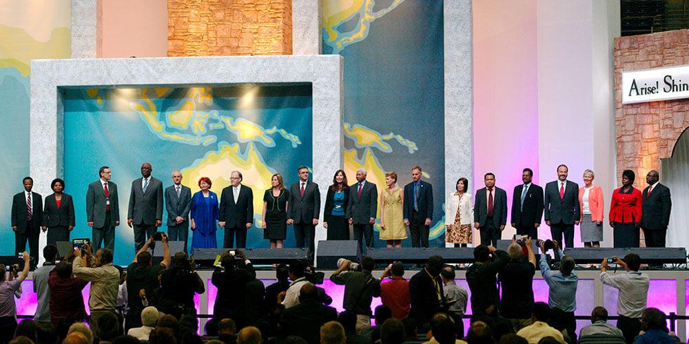 os-13-presidentes das divisoes no palco da assembleia