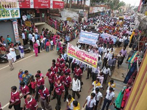 Membros da igreja marcham pela rua durante as celebrações do centenário da presença adventista em Andhra Pradesh. Crédito: SAD