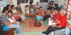 Cuidado: um grupo de apoio da região central das Filipinas enfatiza a abordagem familiar, que inclui aspectos voltados especialmente para as crianças. Crédito: Kiona Costello/SSD