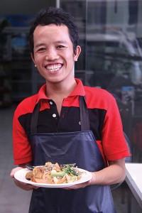 Um sorriso amigável: funcionário do restaurante vegetariano Manna, no Laos, dá as boas-vindas aos clientes. Crédito: Teresa Costello/SSD