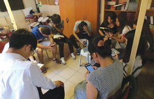 Alunos valdenses estudam a Bíblia com amigos que nunca ouviram falar de Jesus Cristo. Crédito: Chanmin Chung