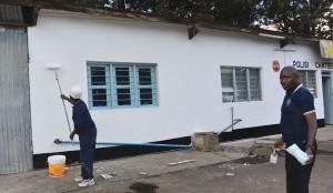 Como parte dos esforços para transformar a própria comunidade em um local melhor para se viver, adventistas pintam uma delegacia na Tanzânia. Crédito: departamento de comunicação da ECD