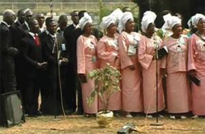 Grupo de líderes da igreja e esposas ouvem uma apresentação durante o retiro de liderança realizado na Babcock University, na Nigéria, em 2011. Crédito: WAD