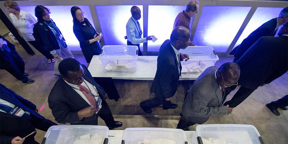 Diante da falha registrada nessa semana no sistema eletrônico, votação foi realizada com cédulas.  Foto: Adventist Review