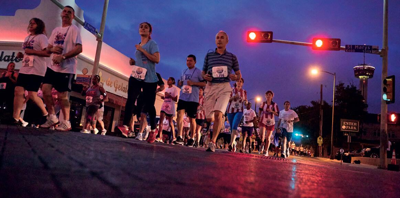 Corrida de 5 km organizada pela igreja no centro de San Antonio atraiu 2,5 mil participantes e foi precedida por uma feira de saúde comunitária. Créditos da imagem: David B. Sherwin