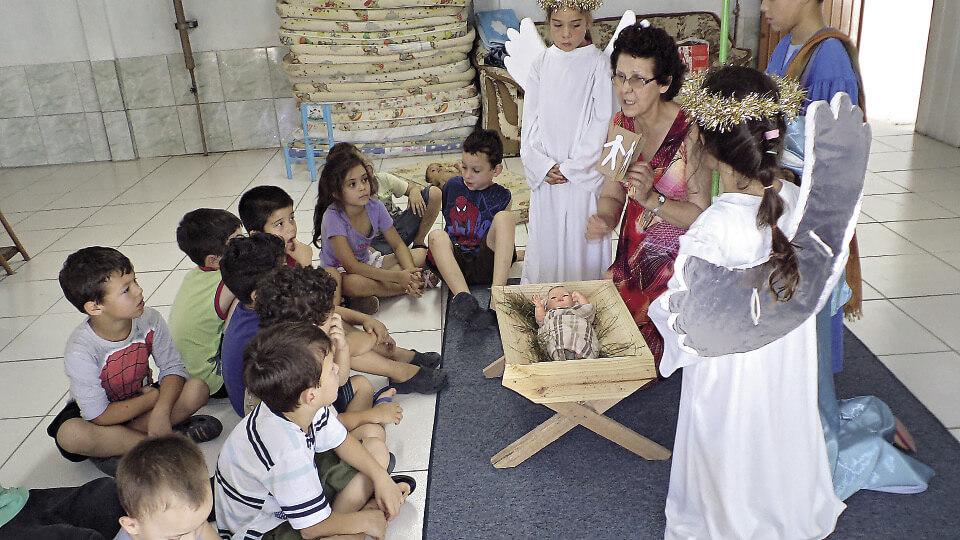 A voluntária Rosa Ceconi ensina músicas e histórias bíblicas em escolas públicas de Sapiranga (RS). A iniciativa foi de sua amiga Sueli Spies Crédito: Arquivo pessoal de Rosa Ceconi