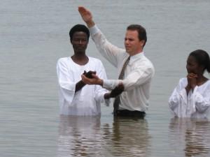 Pastor Dioi Cruz realiza batismo no rio Níger. Foto: acervo pessoal/Dioi Cruz