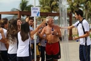 """Estudantes simularam ducha com fios de silicone. Sem saber que se tratava de um flash mob, pedestres que se sentiam incomodados com o """"desperdício"""" de """"água"""" e tentavam desligar o registro eram surpreendidos com os elogios dos estudantes."""