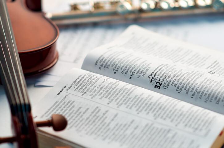 Para que a música atinja seus objetivos, aqueles que a executam precisam ser instrumentos consagrados. Foto: William de Moraes