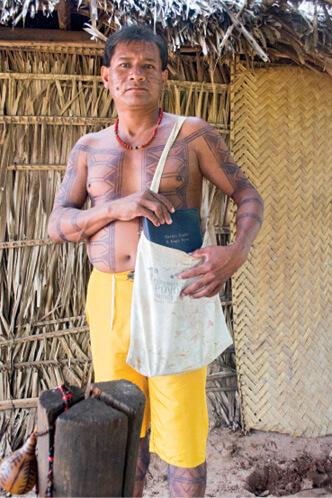 O cacique apinajé Josué Dias Souza compõe hinos na língua nativa. Prática vem sendo incentivada pela Igreja Adventista como uma forma de preservação da cultura nativa. Foto: Márcio Tonetti