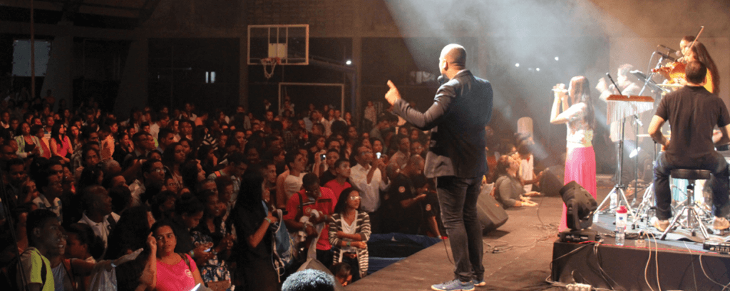Em dois auditórios, tradicional vigília na Faculdade Adventista da Bahia reuniu 4 mil jovens de Salvador no dia 28 de fevereiro. Foto: Ellen Melo