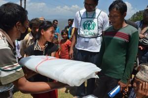 ADRA distribui tendas para moradores desabrigados por terremotos no Nepal. Foto: reprodução ASN