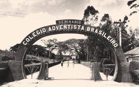 O característico portão na década de 1950: entrada para o mundo do saber. Foto: Acervo Unasp