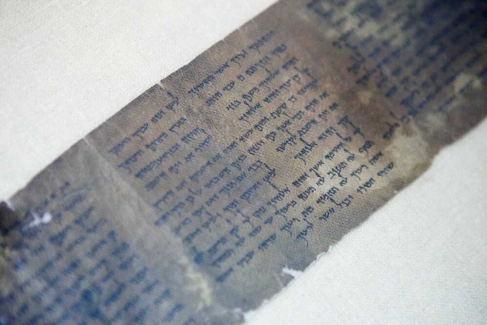 Um das cópias completas mais antigas dos Dez Mandamentos está em exposição rara no Museu de Israel. Foto: Dan Balilty / AP / reprodução Washington Post