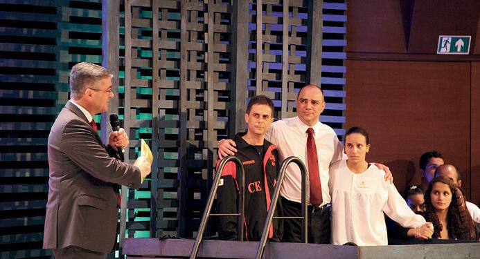 Batismo de aluna por influência de colega de sala e de professor reforçou uma das ênfases do congresso: o discipulado na escola. Foto: Liane Prestes