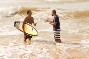 Surfistas-recebem-kit-com-livro-missionario-agua-mineral-e-barra-de-cereais-2