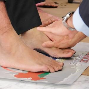 Em cerimônia de consagração e despedida, em Brasília, os missionários deixaram a marca dos pés sobre o mapa do território para o qual foram enviados. Foto: Victor Trivelato