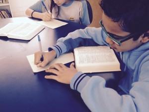 criancas-fazem-copia-manuscrita-da-biblia-em-belo-horizonte-3