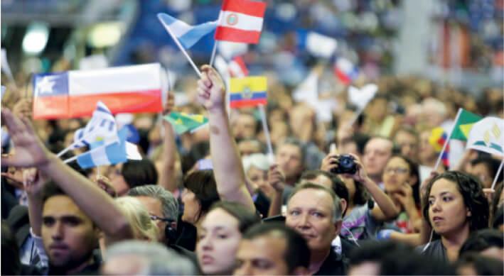 As bandeiras e roupas típicas que enfeitaram as reuniões, especialmente no encerramento, simbolizam a dimensão mundial do movimento adventista presente em 216 países. Créditos da imagem: Leonidas Guedes
