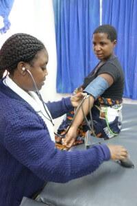 Gestante é atendida por parteira no Hospital Malamulo, no Malawi. Créditos da imagem: Jason Blanchard.