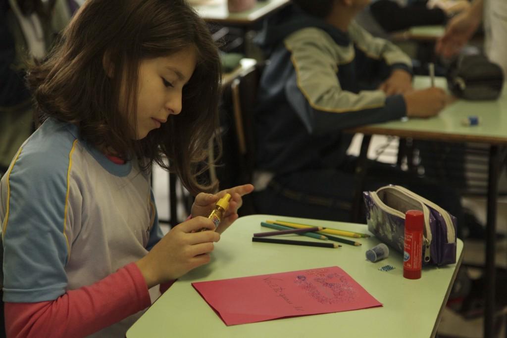 Estudantes confecionam cartoes para incentivar fumantes a deixar o vício