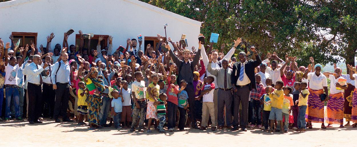 Em quase um mês de trabalho, estudantes ajudaram a construir uma escola em Nampula, Moçambique. Créditos da imagem: Caroline Stabenow