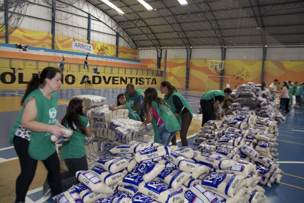 Voluntarios preparam mil cestas basicas para tender vítimas das chuvas