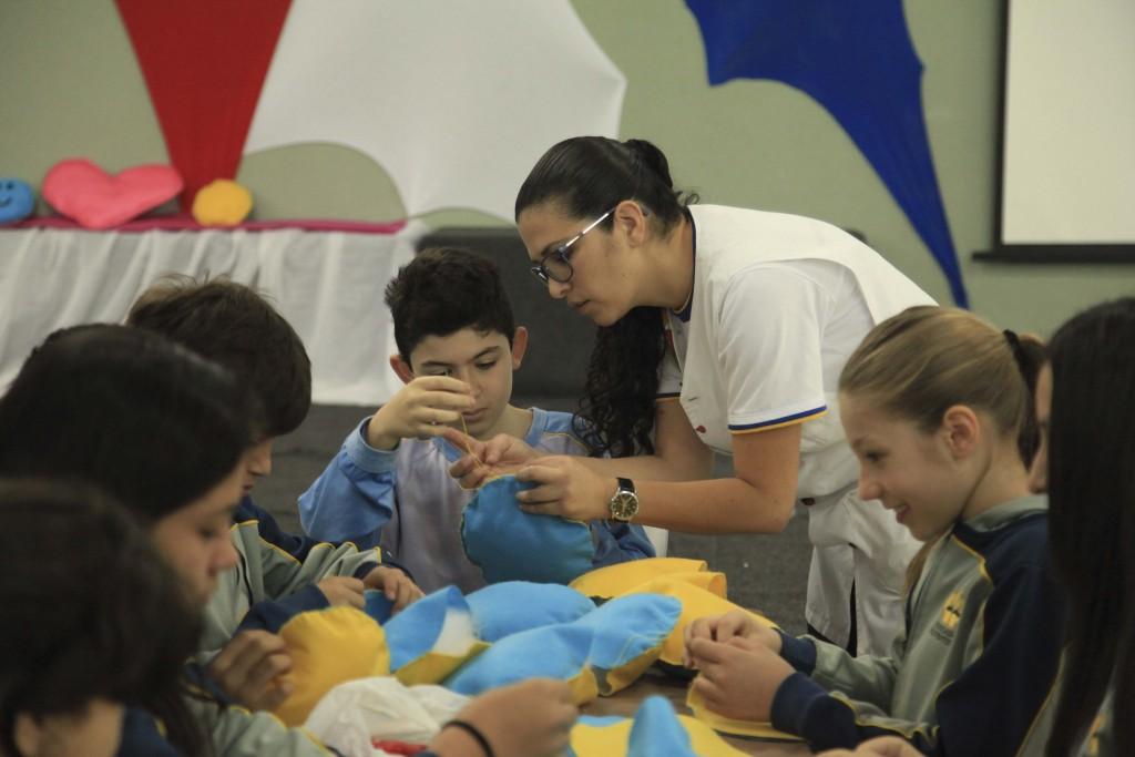 Alunos de colégio adventista no Paraná fabricam brinquedos para doar a crianças carentes