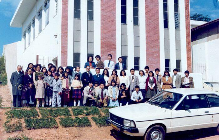 Membros da Igreja Adventista Japonesa do Capão Redondo posam para foto no templo recém-inaugurado. Foto: Arquivo Kiwao Mori