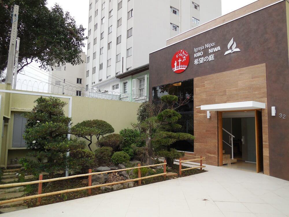 Novo templo conta com um jardim japonês e um bonsai, típica planta japonesa, que recebe cuidados especiais. Tudo isso, a fim de transformar a igreja numa extensão da terra natal dos visitantes. Foto: Kibo No Niwa