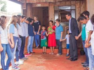Após doar cesta básica, alunos oraram pela família da diarista Lourdes dos Santos.