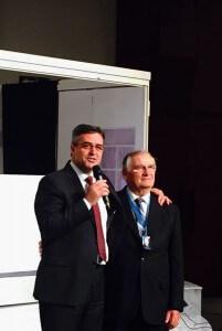 Pastor Erton Köhler homenageia o ex-presidente da Divisão Sul-Americana, pastor João Wolff. Foto: Marcos De Benedicto
