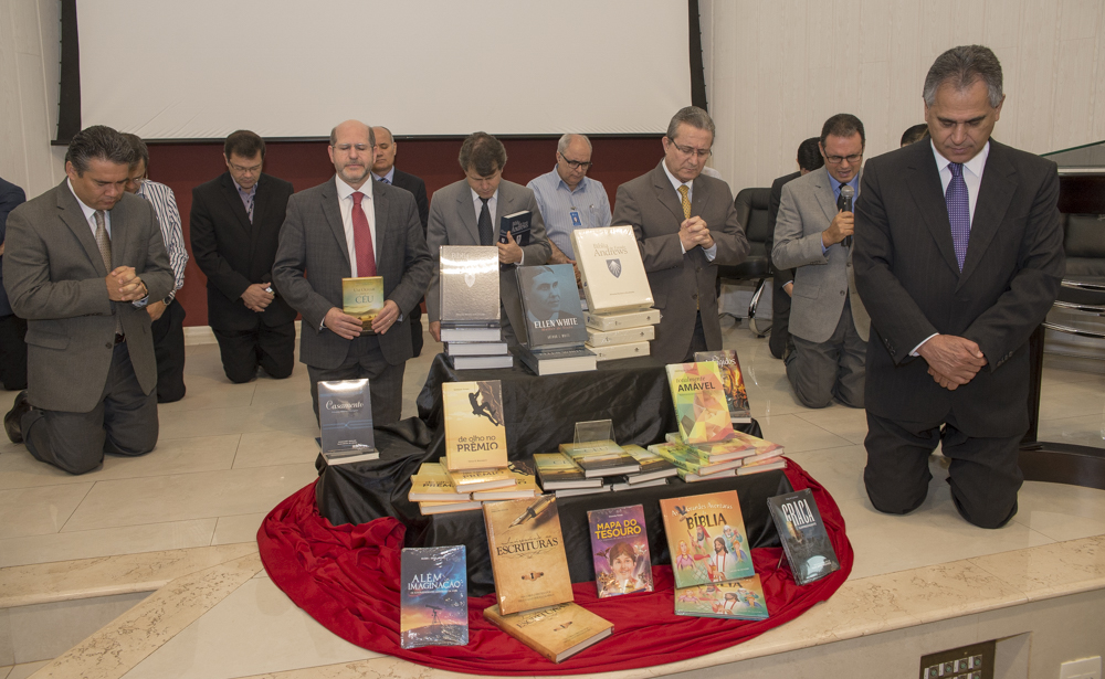 Livros e devocionais são dedicados a Deus durante programa de lançamento na Casa Publicadora Brasileira. Foto: Daniel Oliveira