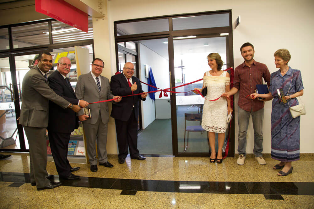 Administradores, professores do Unasp e membros da família Wolter inauguram o novo centro de voluntariado no Unasp, campus São Paulo. Foto: Ana Paula Rothstein Ramos de Lima