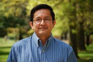 Adolfo Suárez tem formação em Teologia e Ciências da Religião, além de experiência de mais de 20 anos em sala de aula
