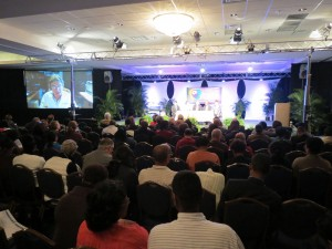 Dr. Harold Koenig fala ao participantes por videoconferência. Créditos da imagem: Michelson Borges