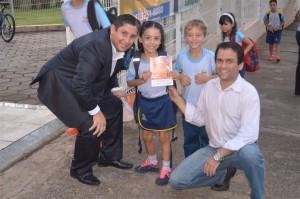 Acompanhados de pais e professores, alunos do Colégio Adventista de Tatuí também aproveitaram para entregar aos pais folhetos sobre como combater o mosquito transmissor do zika. Foto: acervo da escola