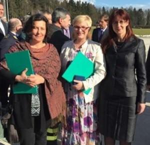 Maja AHAC, diretor da ADRA Eslovénia país, centro, com o ministro da Defesa esloveno Andreja Katic, direita e Tereza Novak, diretor-executivo do esloveno Philanthropy.