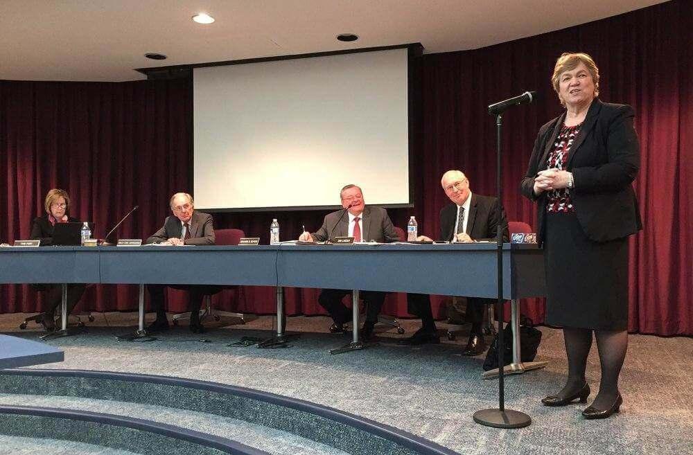Andrea Luxton falar com a administração da Universidade Andrews de curadores logo depois que a elegeu como o próximo presidente da universidade no dia 29 de fevereiro (Lisa Beardsley-Hardy)
