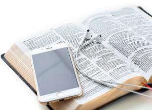 Os jovens da geração atual cresceram na cultura digital e têm uma variedade de posicionamentos. Devemos entender por que eles estão se distanciando da igreja. Créditos da imagem: William de Moraes