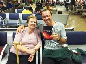 Dona Emília dos Reis, mãe de Eber, posa para foto ao lado de passageiro que pediu a Deus um livro para ler durante a viagem. Foto: arquivo pessoal Eber dos Reis
