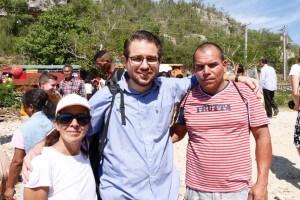 O jornalista Lisandro Staut com um casal que aceitou participar da série de evangelismo público em Cuba. Créditos da imagem: arquivo pessoal