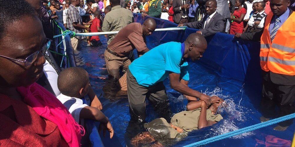 O ano de 2015 foi marcado por batismos em massa em vários países. No Zimbábue, por exemplo, 30 mil pessoas foram batizadas durante série evangelística realizada no mês de maio. Foto: