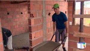 Voluntários-se-unem-para-construir-casas