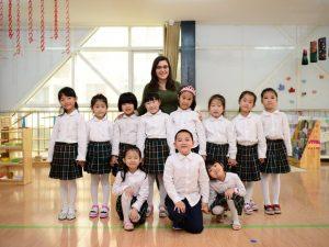 Yasmim Abou ensina inglês para crianças chinesas há quase cinco meses. Créditos da imagem: arquivo pessoal
