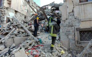 Equipes de resgate buscam sobreviventes nos escombros. Créditos da imagem: Vigili del Fuoco / Fotos Públicas