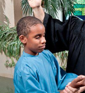 Apenas o desejo de uma criança não é suficiente para que ela seja batizada; é preciso que compreenda o significado dessa decisão e conheça as verdades bíblicas básicas. Créditos da imagem: Daniel de Oliveira