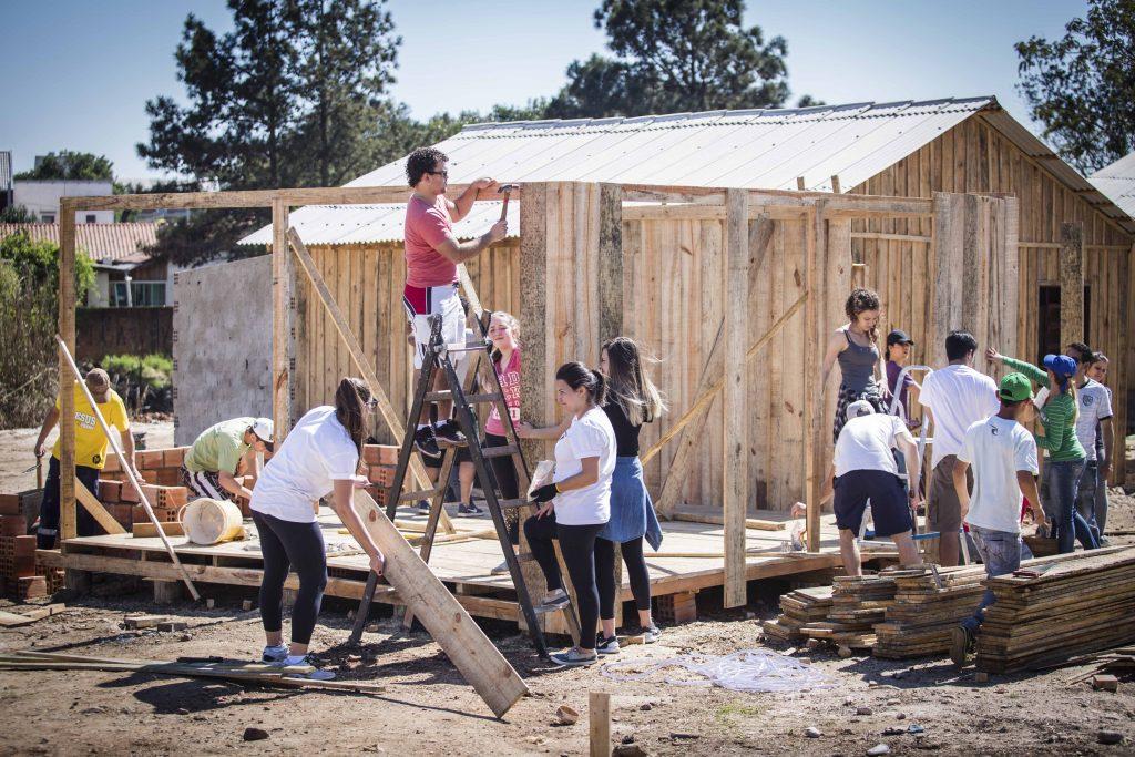 Voluntários constroem casa para família que perdeu tudo em incêndio - foto 1